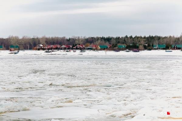 Село Рождествено находится на правом берегу Волги, напротив Самары
