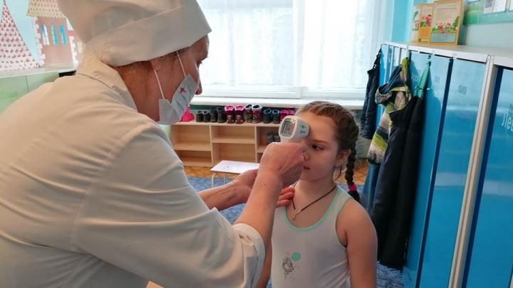 «Даже за слабый кашель отправляют домой»: в детсадах делают утренние осмотры подопечных