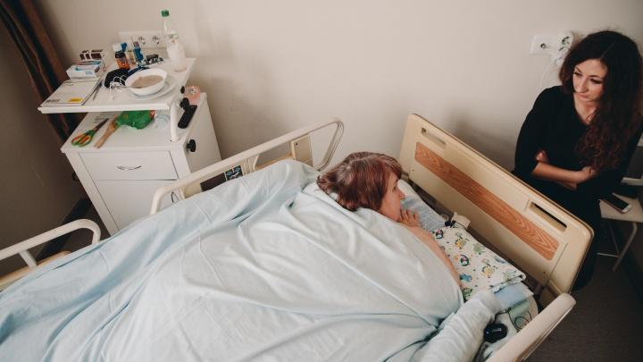 Операцию самой тяжелой тюменки перенесли. Женщина учится ходить по больнице