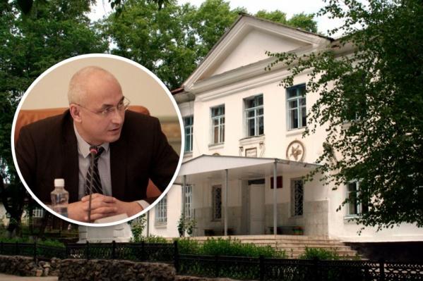 Министр образования Александр Кузнецов сегодня съездил в кусинскую школу, учителя которой заявили о запланированных сокращениях