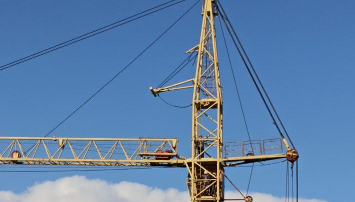 В Новосибирске мужчина залез на строительный кран — он требовал выплаты заработной платы
