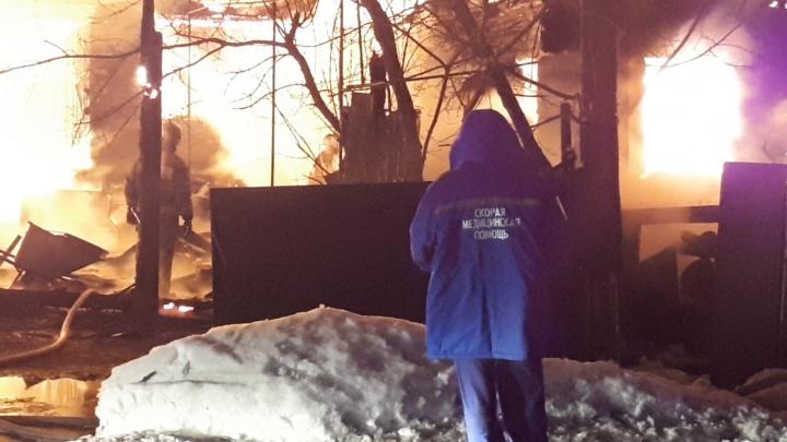 В коттеджном поселке Дербыши под Тюменью ночью сгорели три дома