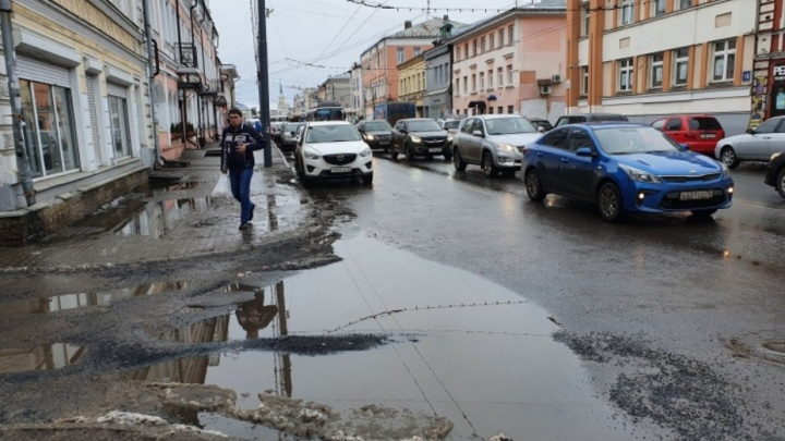 «Что такое осень? Это жижа»: по центру Ярославля растеклись вечные лужи