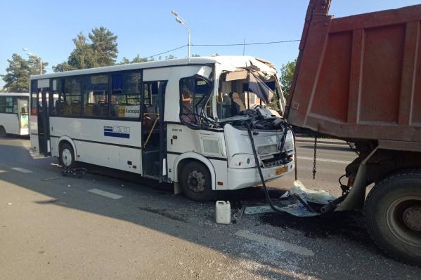 Водителю автобуса стало плохо, и он не помнит, как произошла авария