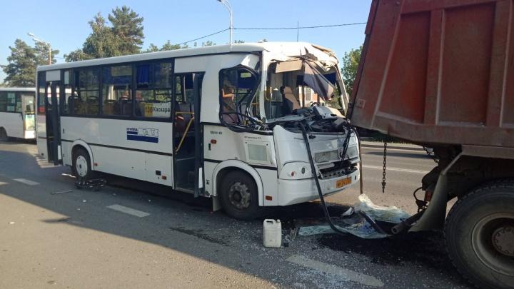 В Тюмени пассажирский автобус врезался в грузовик и фургон