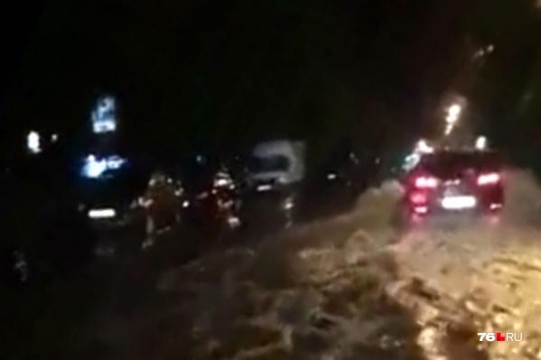 Кадры с затопленной улицей были записаны в Брагино