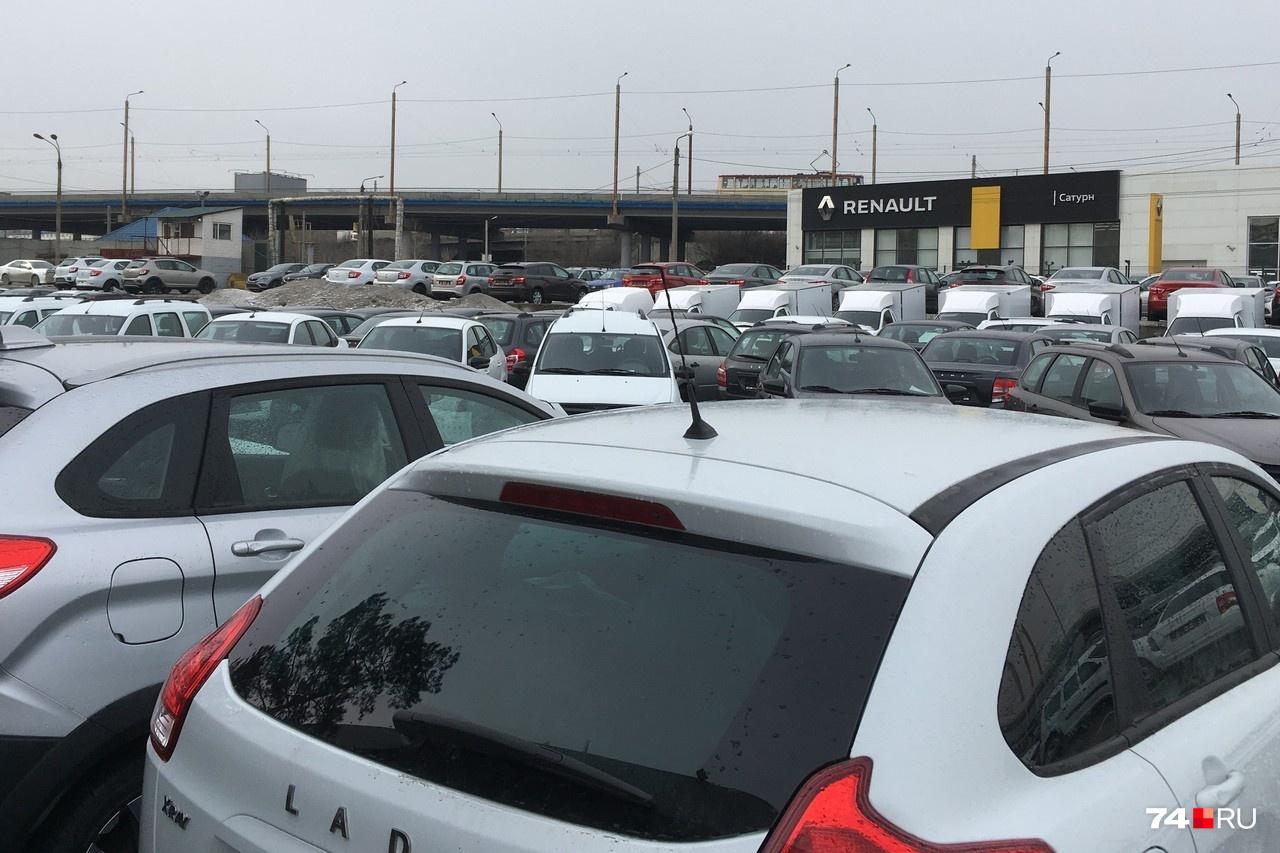 Перед автоцентром «Миасс» находится парковка-склад, которую они выдавали за свою. На самом деле это автомобили компании «Сатурн». К автосалону «Миасс» она отношения не имеет и является официальным дилером Renault, Lada и ряда других марок