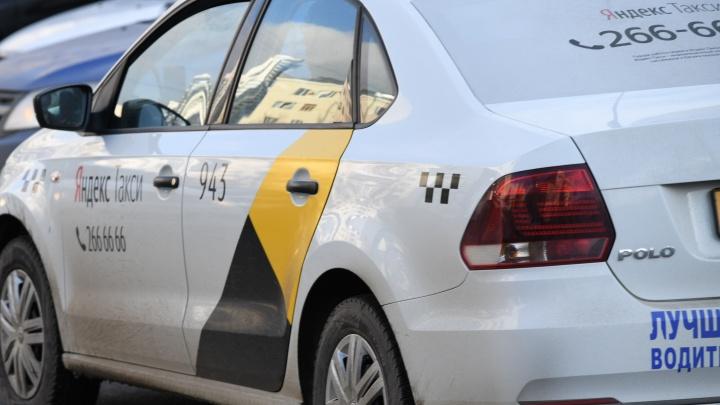 «Побежал за мной к подъезду, орал, отбирал телефон»: на жительницу Екатеринбурга напал таксист