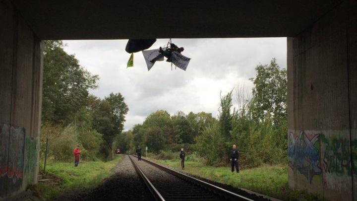 Экоактивисты в Германии заблокировали поезд, который вез последнюю партию урановых «хвостов» в Новоуральск
