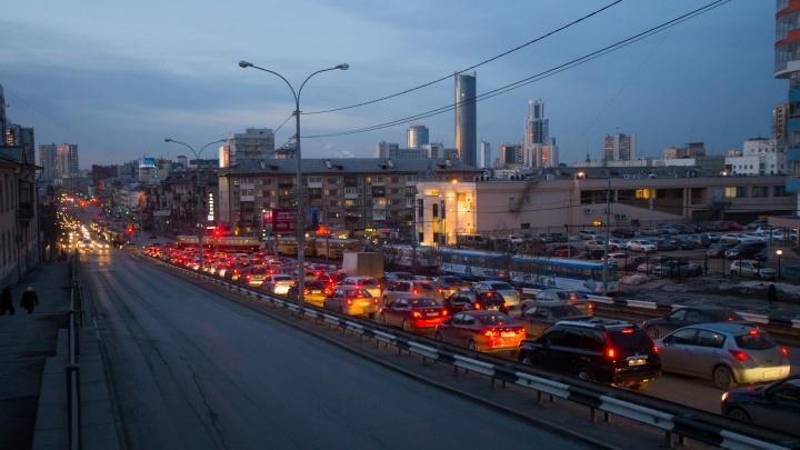 Ищите объезды: пятничный Екатеринбург увяз в адских вечерних пробках