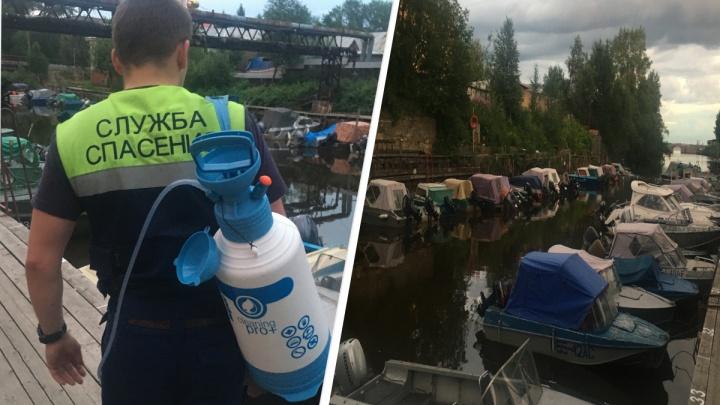 Спасатели чистили Соломбалку от разлившихся нефетпродуктов