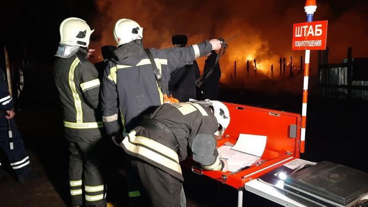 В цыганском посёлке в Челябинске ночью произошёл крупный пожар