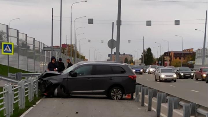 Отбросило на тротуар: в сети появилось видео жесткого ДТП на Запольной в Тюмени