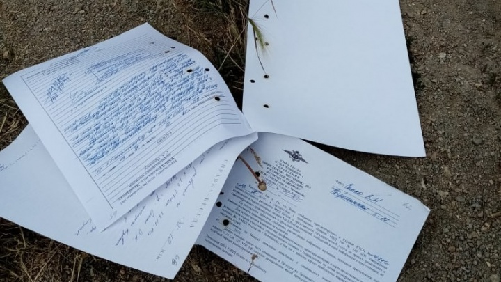 «Вот тебе и архив МВД»: челябинцы нашли на дороге разбросанные документы полиции