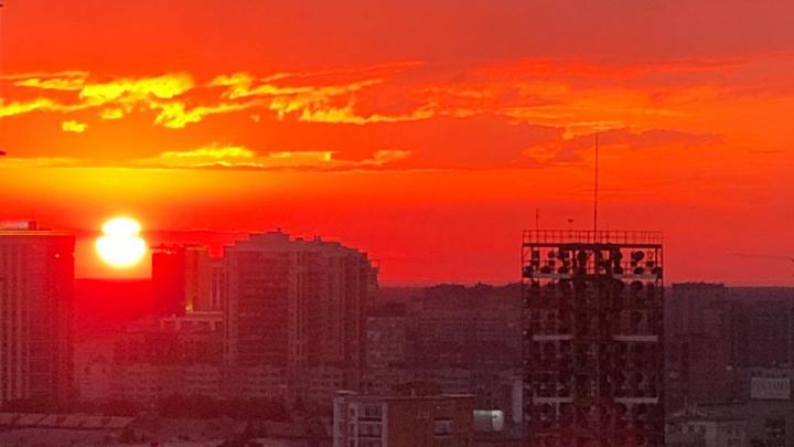 Красочное небо: горожане поделились фотографиями сказочного заката над Новосибирском