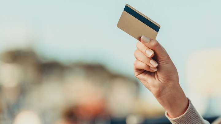 Сбербанк продлил действие банковских карт, срок по которым истек