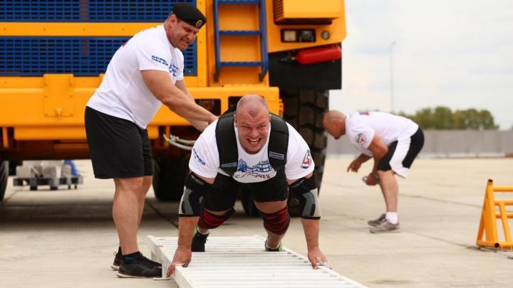 Знаменитый спортсмен протащил 90-тонный БелАЗ на три метра и установил новый рекорд