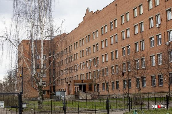 Из окна ковид-госпиталя в Ярославле выпал мужчина