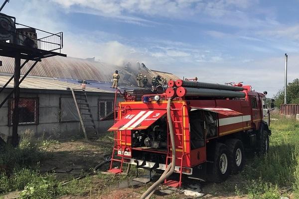 Ангар мебельной компании загорелся на Талажском шоссе в Архангельске — видео