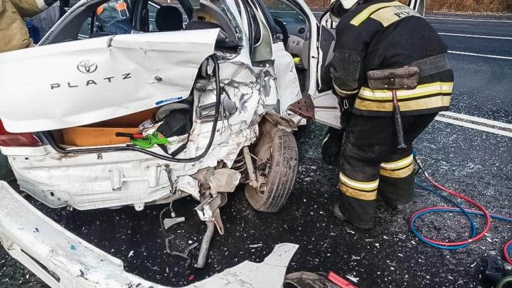 Двух омичек, зажатых в машине после ДТП, вырезали гидравлическими ножницами