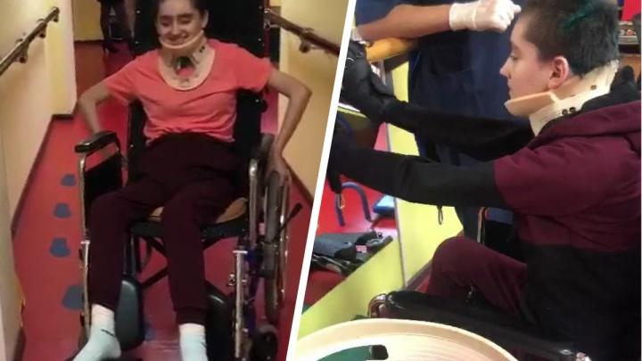 «Может сидеть в кресле!»: мама девушки, упавшей со скалы в «Оленьих Ручьях», рассказала о ее реабилитации