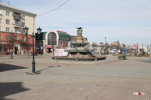 Скульптура поэта была в районе фонтана на Кировке