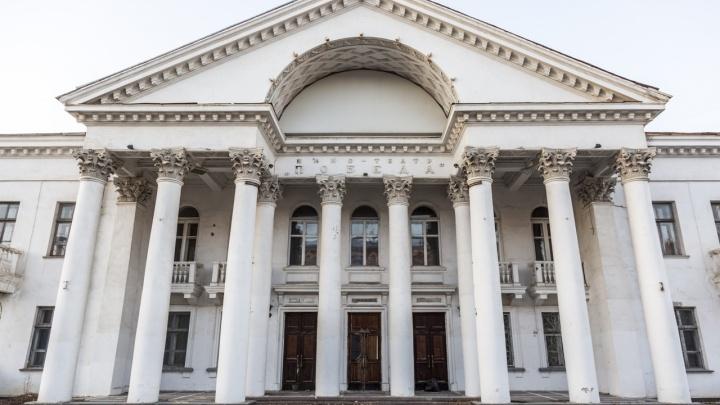 В Волгограде кинотеатр «Победа» на три года спрятали за забором