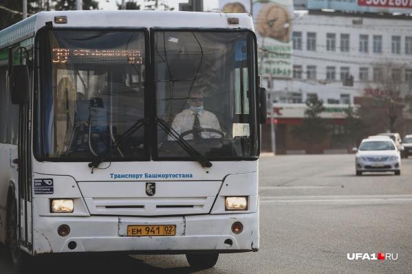 Теперь все водители общественного транспорта ездят в масках и перчатках