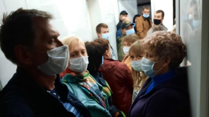 «За 11 часов даже не приблизились к кабинету»: жители Урюпинска застряли в километровых очередях поликлиники