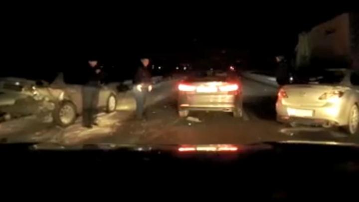 Дорожные войны. На трассе водитель легковушки врезался в стоящую посреди дороги машину без аварийного знака