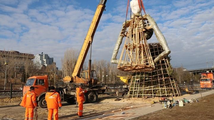Макияж и ресницы из дорожных щеток: в центре Волгограда почти готова самая высокая Масленица в России