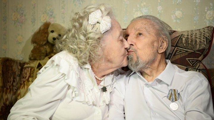 «Утром целуемся и я зову его в ресторан»: секреты вечной любви от супругов, проживших 200 лет на двоих