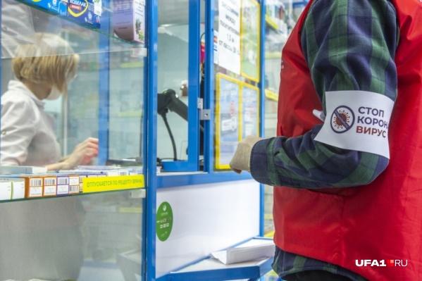 Волонтеры доставляют еду и лекарства тем, кто не может выходить на улицу во время пандемии