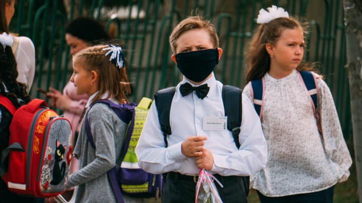 11 лет школьного режима: фоторепортаж с праздничных линеек в Омске