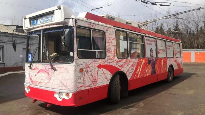 На омские улицы вышел троллейбус к 75-летию Победы — на нём изобразили карту с наступлением войск