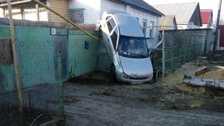 Водитель в больнице: под Волгоградом «Лада-Калина» повисла на газовой трубе