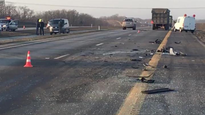 В Ростовской области микроавтобус с пассажирами врезался в грузовик. Четверо погибли