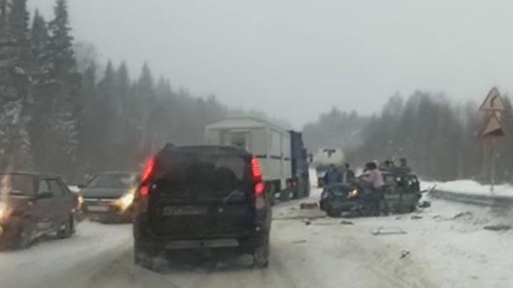 На Свердловской трассе «четырнадцатая» влетела под фуру: один человек погиб, ещё трое пострадали