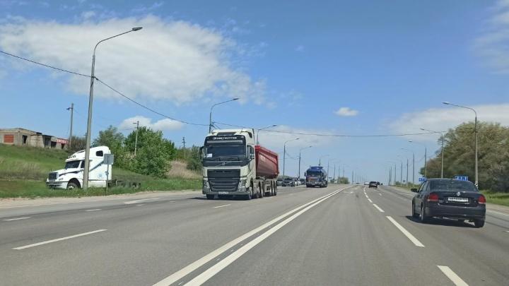 В Тракторозаводском районе Волгограда многотонный тягач задавил своего водителя