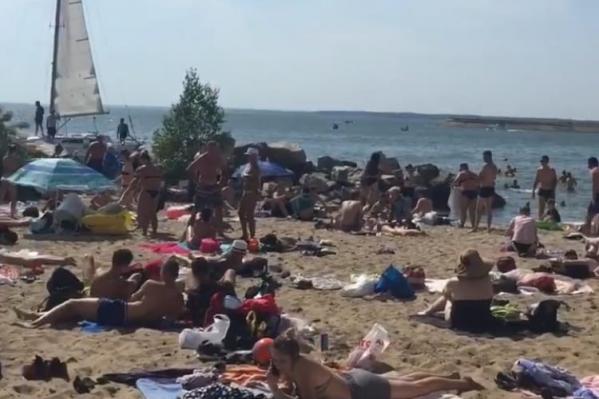 Все городские пляжи в городе были заполнены в этот жаркий субботний день