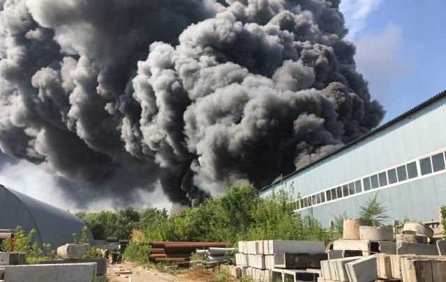 Появилось видео пожара на складе с полиэтиленом в Самаре