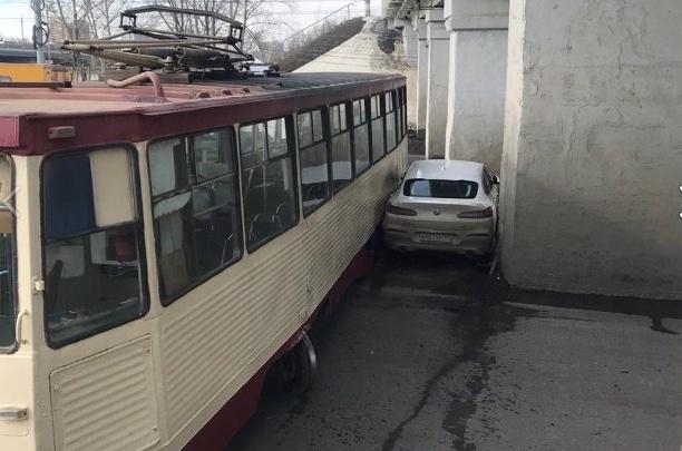Пассажирку трамвая, сошедшего с рельсов под мостами в Ленинском районе, госпитализировали