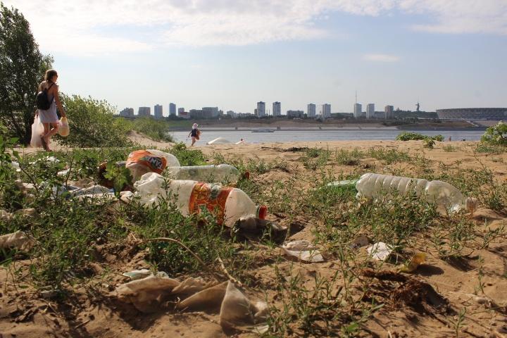 «Люди не привыкли убирать за собой»: самый популярный пляж Волгоградской области зарастает мусором