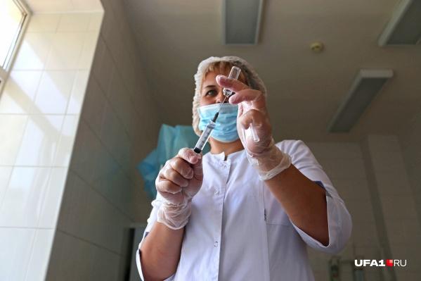 Специалисты рекомендуют не делать прививки чаще, чем раз в 14 дней<br>