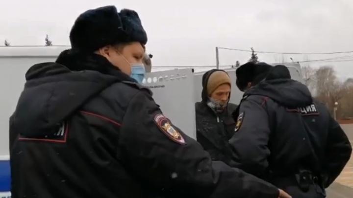 Красноярец вышел с пикетом в поддержку Артёма Загребельного. Его задержала полиция
