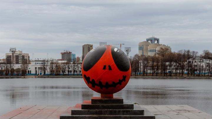 «Бары закрыты, духи выходят на улицы»: уличные художники снова раскрасили гранитные шары у Театра драмы