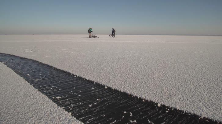Мужчины перед заездом изучали, как правильно спасти человека, провалившегося под лед