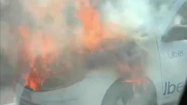 В Екатеринбурге посреди дороги загорелось такси. Показываем видео