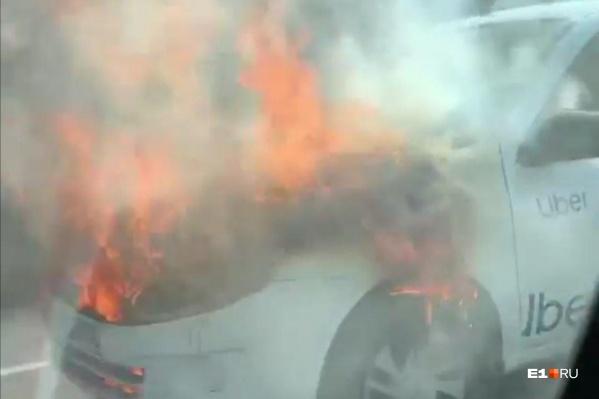 Огонь очень быстро охватил мотор автомобиля