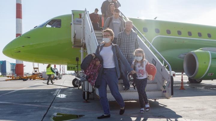 Приветливые пилоты и водяная арка: в Волгограде встретили первый рейс из Новосибирска